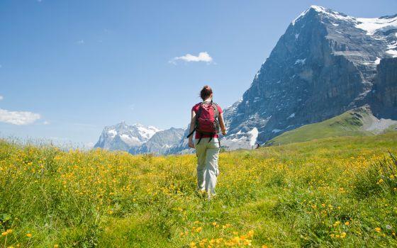 Una senderista ante la cara norte del Eiger, en Grindelwald, Suiza