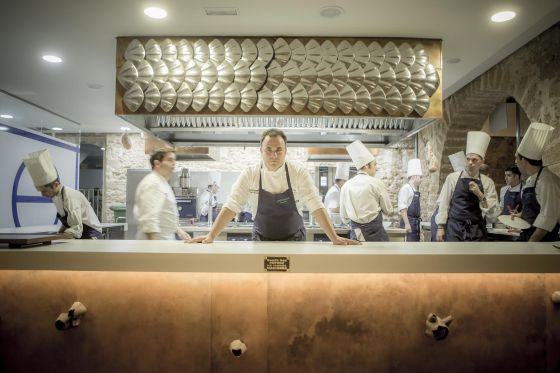 El chef Ángel León en la cocina del restaurante Aponiente.