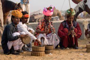 Encantadores de serpientes en la región de Rajastán, en India.