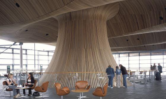 Interior de la Asamblea Nacional de Gales, en Cardiff, del arquitecto Richard Rogers.