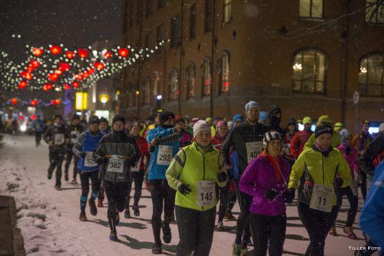 Corredores de la Night Polar Half Marathon 2016 en Tromso (Noruega).