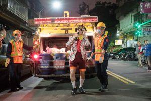 Otra de las actuaciones del grupo Prototype Paradise durante una ruta de recogida de basura en Taipéi.