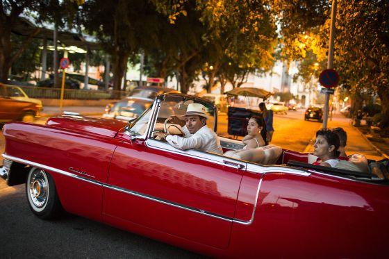 Un antiguo coche americano, como los que pasean a los turistas por el centro de La Habana, frente al Museo de Bellas Artes.