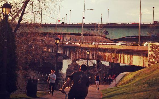Corredores y ciclistas en el sendero Schuylkill a su paso por la ciudad de Filadelfia.