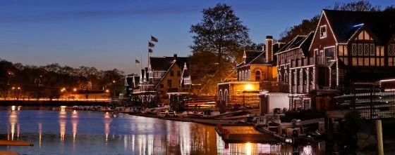El Boathouse Row, a orillas del río Schuylkill, en Filadelfia, al atardecer.