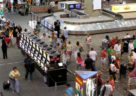 Máquinas tragaperras en el aeropuerto de Las Vegas (EEUU).