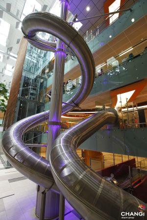 El tobogán gigante del aeropuerto de Singapur.