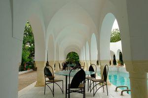 Patio y piscina del centro cultural Dar Sebastian, en Hammamet (Túnez).