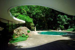 Piscina de la Casa das Canoas, de Óscar Niemeyer, en Río de Janeiro.