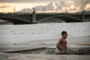 Baño invernal en las heladas aguas del lago de San Petersburgo.