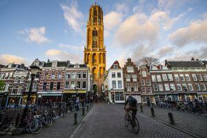 Un ciclista pasea por una calle atestada de bicicletas en Utrecht (Países Bajos).
