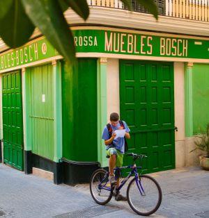 Un ciclista mira un mapa en una calle de Palma de Mallorca.