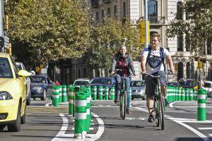 Carril bici de Barcelona, segregado del tráfico de vehículos.
