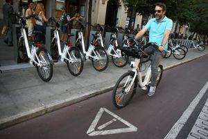 Un usuario de BiciMad, el servicio de bicicletas públicas de Madrid.