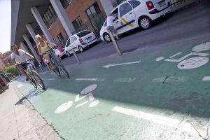 Dos ciclistas en Sevilla.