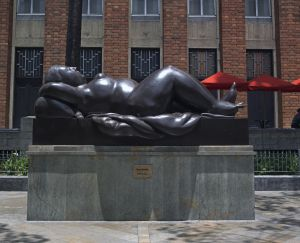 Una de las estatuas de Fernando Botero situadas en la plaza del mismo nombre.