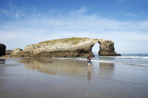 Uno de los arcos de piedra de la playa de las Catedrales, en la costa lucense.