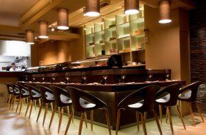 Barra de shushi en el restaurante Kena, en Madrid.