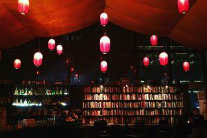 La cafetería Beijing Bookworm, punto de referencia cultural en Pekín, adornada con linternas rojas.