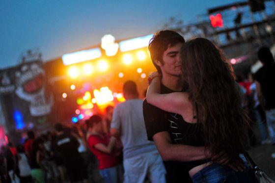 Una pareja durante una actuación en el festival Cosquín Rock, cerca de Córdoba (Argentina).