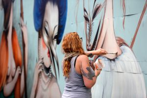 Uno de los murales de Wynwood Walls, el distrito 'arty' de Miami, durante la celebración del festival Art Basel 2013.