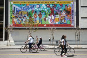Ciclistas y paseantes en una edición pasada de la CicLAvia, jornada sin coches en el barrio de Little Tokio, en Los Ángeles.