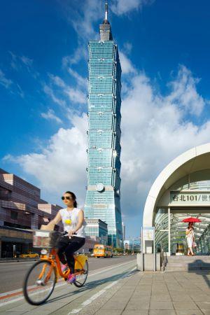 Carril bici junto a la torre Taipei 101, en la capital de Taiwán.