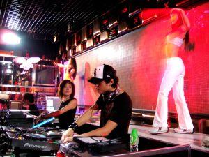 Pinchadiscos en la discoteca Baby Rich.
