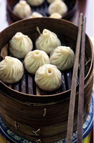 Un plato con 'dim-sum' chinos.
