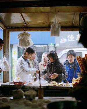 Un puesto de comida callejera en la ciudad china.