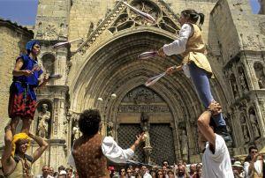 Una actuación durante el mercado medieval frente a la catedral de Morella.