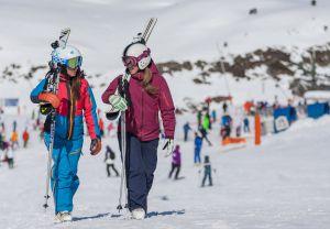Dos esquiadoras en Baqueira Beret.