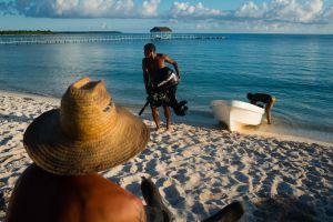 Cuidadores del parque nacional Punta Frances, en Isla de la Juventud (Cuba).