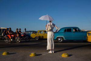 Una mujer vestida para la ceremonia santera de Año Nuevo, en el Malecón de La Habana.