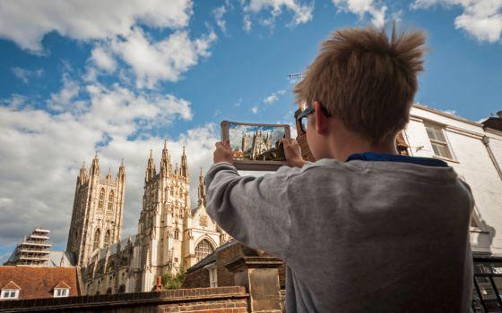 Un niño fotografía la Catedral de Canterbury, en Reino Unido