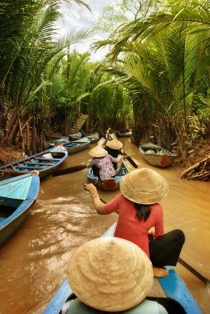 Barcas en un canal del delta del Mekong.