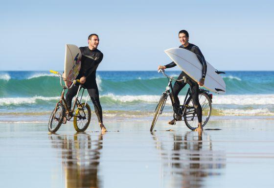 Dos surferos en la playa gaditana de El Palmar.