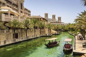 'Dhows', barcas tradicionales, en los canales de la Madinat Jumeirah, en Dubai.