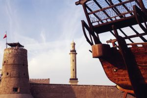 Una barca tradicional junto al fuerte de Al Fahidi, que acoge el Museo de Dubái.