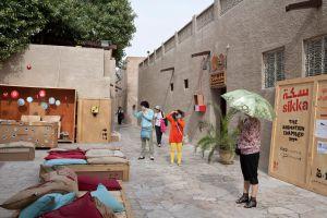Turistas japoneses en las laberínticas calles de Bastakia, en barrio histórico de Dubái.