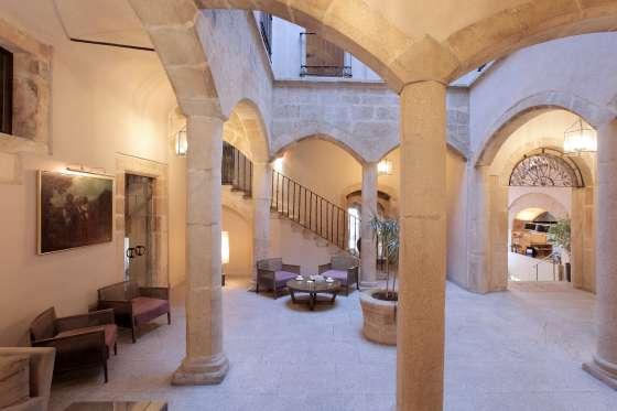 Patio del hotel NH Collection Palacio de Oquendo, en Cáceres.