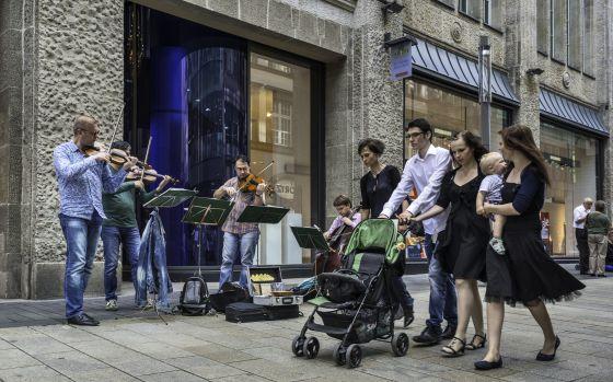 Músicos en una calle peatonal de Leipzig, en Alemania.