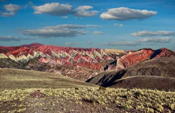 La serranía del Hornocal, con sus formaciones erosionadas en forma triangular, a 25 kilómetros de Humahuaca.