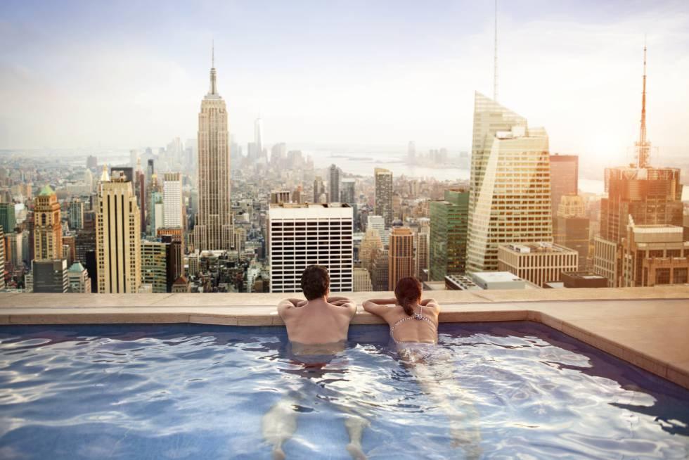 Contemplando el Empire State Building desde la piscina de un hotel de Manhattan, en Nueva York.