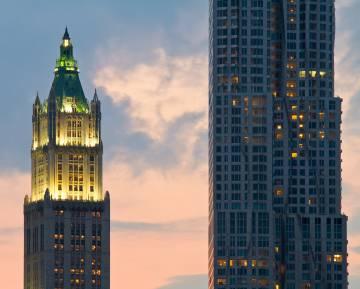 El edificio Woolworth, a la izquierda, y la torre 8 Spruce Street, de Frank Gehry, en Manhattan.
