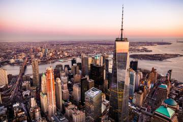 El One World Trade Center, dominando el sur Manhattan, en Nueva York.