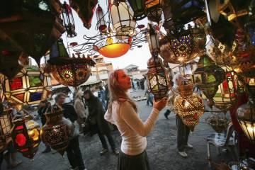 Puesto de lámparas en un zoco de Marraquech, en Marruecos.