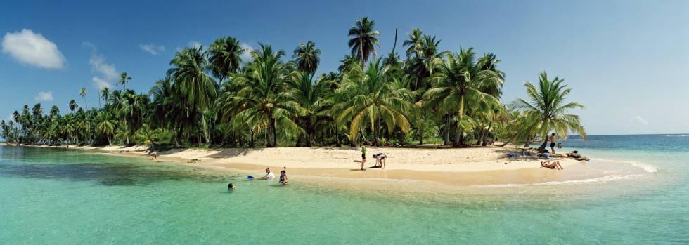 Turistas en una isla inhabitada cerca de Playón Chico, en el archipiélago de San Blas (Panamá).