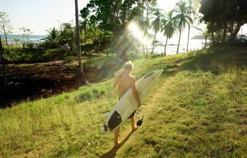 Un surfista en La Punta, en Santa Catalina (Panamá).