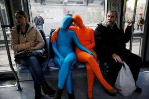 Dos integrantes del grupo de artista urbanos Prizma Ensemble durante una 'performance' en un tranvía de Jerusalén.